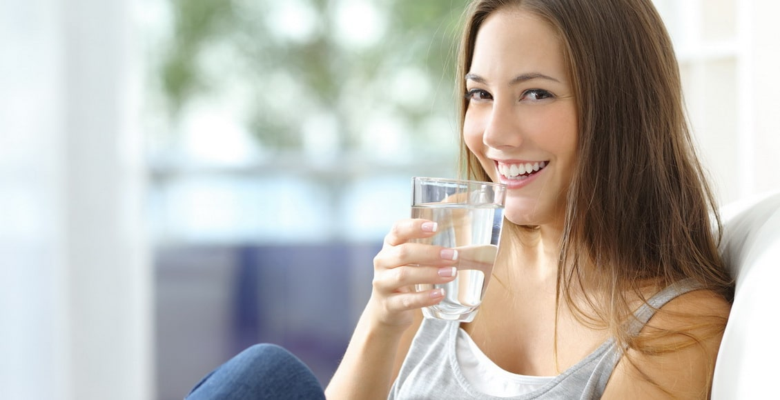 Eaux du robinet, de source ou minérale en bouteille : quelle eau boire pour profiter de ses bienfaits ?